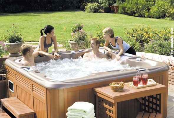 """Freundeskreis - der Whirlpool im Garten kann schnell zum """"Stammtisch"""" für Sie und Ihre Freunde werden, für heiße Partys oder einfach nur zum Neuheiten austauschen."""