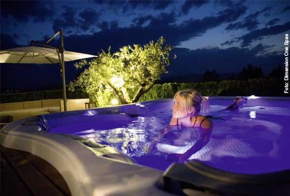 Farbiges Flair - die Farblichttherapie gehört häufig schon zur Standardausstattung eines Portable Spas. Besonders schön erstrahlen Wasser und Whirlpool im Dunklen.
