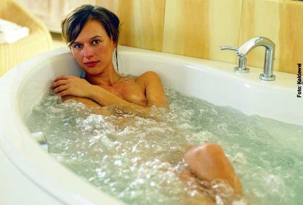 Volle Wanne - im Badezimmer massieren Whirlwannen mit kraftvollen Luft- oder Wasserstrahlen. Oder mit beiden.