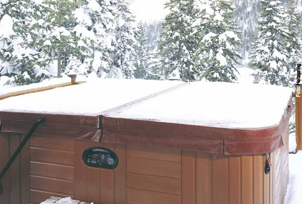 Gut abgedeckt - die Isolierabdeckung des Whirlpools verhindert Verdunstung und Wärmeverlust, wenn der Spa nicht benutzt wird.