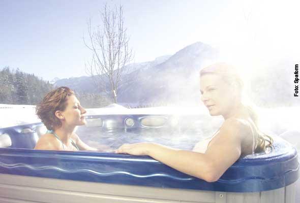 Sonnenanbeter - braun wird man an schönen Wintertagen nicht nur auf der Skihütte. Im Portable Spa gibt es noch eine Massage dazu.