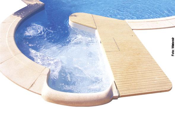 Treppeneinstieg ins Schwimmbad mit Whirlsystem