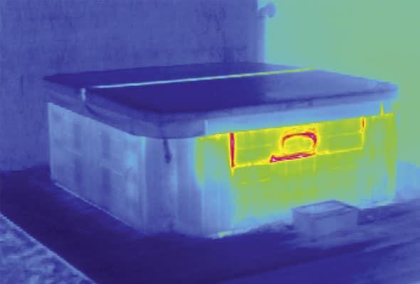 Whirlpool Wärmebild - das Infrarotkamerabild zeigt den Wärmeaustritt im Öffnungsklappenbereich des Testwhirlpools, hinter der sich die Pumpe und weitere Technik befinden.