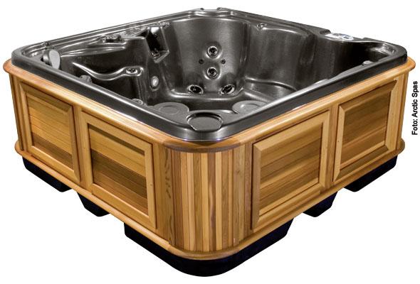 Whirlpool mit Holzverkleidung
