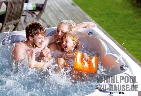 Familie-im-Whirlpool