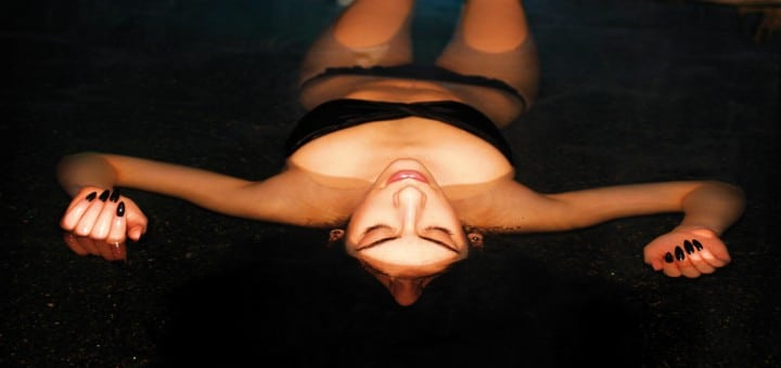 Völlig-schwerelos-Frau-geniesst-Floating