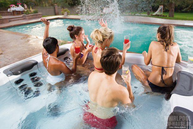 Party-Time_Wer-2016-trendy-sein-will,-sollte-die-Freunde-zu-einer-Aqua-Feier-einladen,-denn-zum-Saisonstart-träumt-jeder-von-einer-Party-im-eigenen-Whirlpool