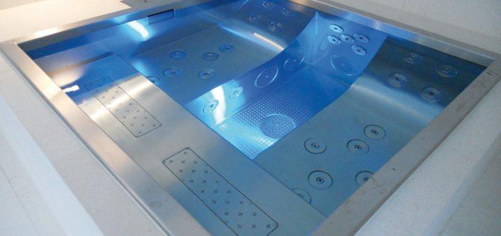 """Whirlen-Erster-Klasse_Der-Whirlpool-""""Relax-Double""""-(2-x-2-Meter),-hier-als-Indoorpool-mit-Unterflurrollladenabdeckung-von-Rollo-Solar-und-Luftgebläse"""