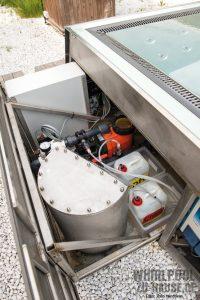reines-wasser_bei-diesem-edelstahlwhirlpool-mit-ueberlauf-ist-das-prinzip-der-wasseraufbereitung-dem-grossen-pool-entsprechend