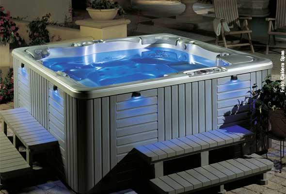 Das Whirlpool-Bad in farbigem Licht