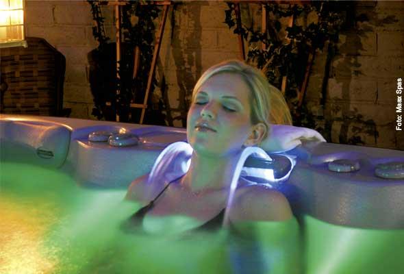 Farbbad - Zurücklehnen und vom beleuchteten Wasserfall des Spas umschmeicheln lassen
